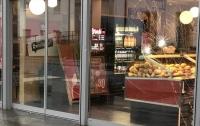 Неизвестный с ножом напал на посетителей пекарни в Германии