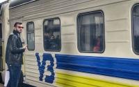 Хулиганы забросали пассажирский поезд камнями