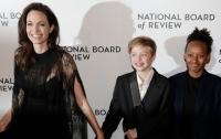 Джоли прошлась по красной дорожке с травмированной дочерью