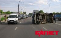 В Киеве девушка за рулем Daewoo перевернула бусик (ВИДЕО)