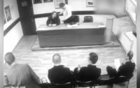 В Москве полицейский пытался задушить майора (видео)