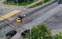 Полицейский на мотоцикле влетел в такси (такси)