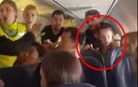 Пьяная туристка из Украины попыталась выгнать всех иностранцев из самолета (видео)