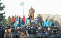На Львовщине памятник Бандере установили с видом на улицу Бандеры
