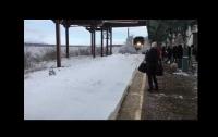 Прибывающий поезд зрелищно засыпал снегом людей на перроне (видео)