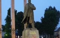 Во Львове на памятнике Бандере нарисовали серп и молот