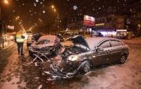 В Киеве на светофоре Toyota протаранила Hyundai