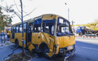 ДТП в Киеве: На Лукьяновке маршрутка снесла столб, есть пострадавшие (видео)