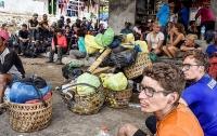 Более 500 альпинистов блокированы на горе в Индонезии