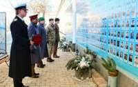 Британские дипломаты почтили память украинских киборгов