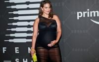 Тучная беременная модель вышла в свет в прозрачном платье