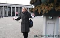 В центре Минска женщина приковала себя к столбу