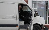 В Херсоне микроавтобус влетел в витрину магазина