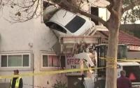 Водитель под наркотиками влетел в окно на втором этаже здания