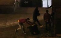 В Киеве подростки украли пиво и устроили драку с сотрудниками супермаркета (видео)