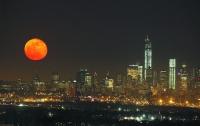 Ослепительная луна над Нью-Йорком (ФОТО)