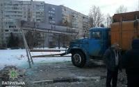 Мусоровоз снес автобусную остановку в Харькове