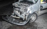 Авария вод Киевом: Fiat врезался в отбойник, водитель в больнице (видео)