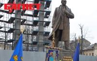 Пока Тимошенко сидит, ее западные соратники установили памятник Степану Бандере (ФОТО)