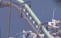 Туристы 2 часа провисели вниз головой на американских горках (видео)