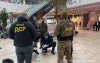 В ТРЦ Львова задержали чиновника при получении взятки