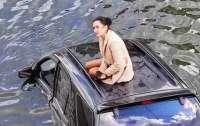 Ждала на крыше тонущего авто: женщина