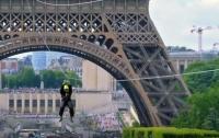 На Эйфелевой башне установили смертельно опасный аттракцион (видео)