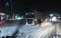 Перекрыта трасса в соседней стране из-за снега (видео)