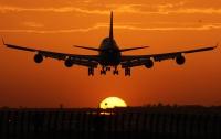 В США подросток прыгнул на крыло самолета во время посадки